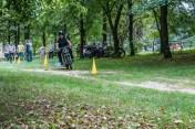 motocykl pokonuje slalom miedzy żółtymi pachołkami
