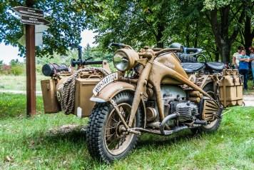 brązowy wojskowy motocykl z lat 30-tych XX wieku