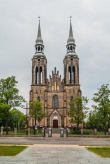 front strzelistego kościoła z dwiema wieżami