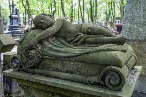 stare powązki - śpiące dziecko