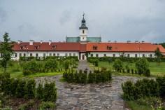 ogród przed zabudowaniami kościelnymi