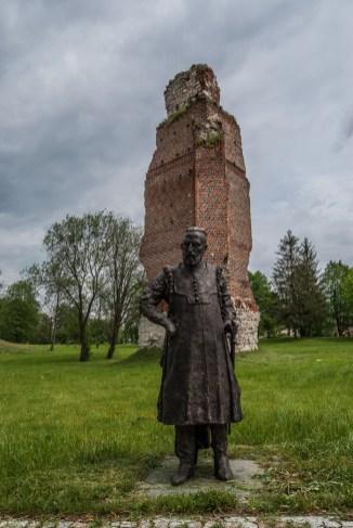 figura człowieka przed murem zamkowym