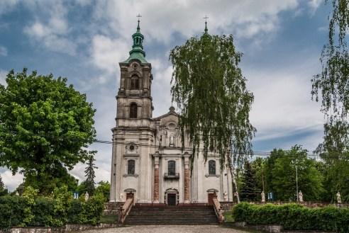 widok na strzelisty kościół z dwiema wieżami piekoszów