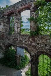 widok z góry na dziedziniec ruiny budynku