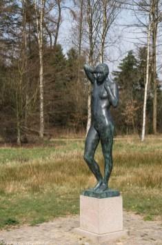 rzeźba nagiej kobiety w parku w billund
