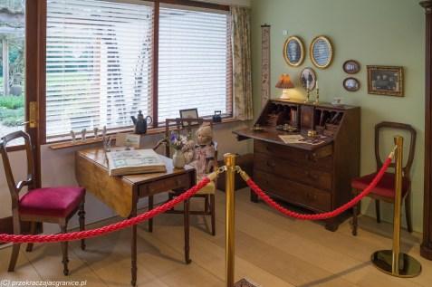 pokój z meblami w muzeum