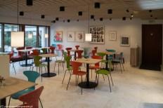stoły i kolorowe krzesła w kawiarni w muzeum