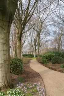 ścieżka w ogrodzie przy muzeum w billund