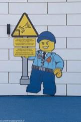 rysunek na budynku ostrzegający o niebezpieczeństwie