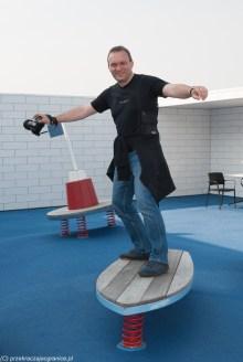 mężczyzna na sztucznej desce surfingowej
