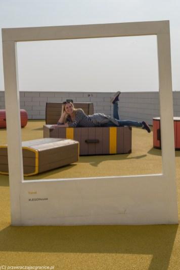 kobieta leżąca na sztucznej walizce