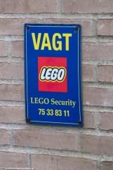 tabliczka na hotelu o firmie ochroniarskiej