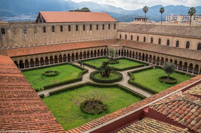 monreale - katedra widok z dachu na dziedziniec i krużganki