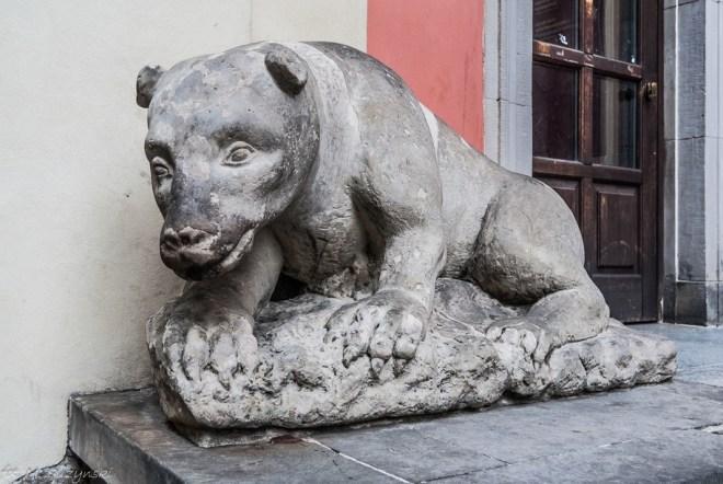 figura kamiennego niedźwiedzia