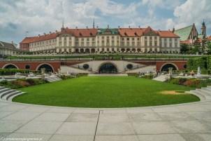 wypielęgnowane ogrody z zamkiem królewskim w tle