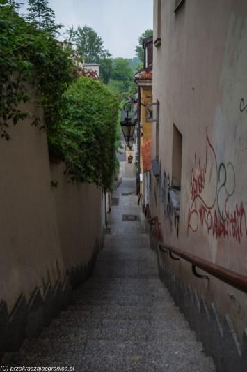 wąska uliczka ze schodami w dół