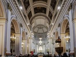 mocno zdobione wnętrza kościoła