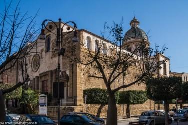budynek kościoła przesłoniety drzewem