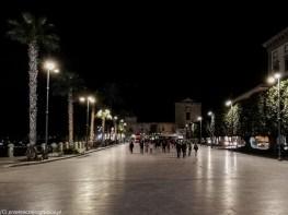 plac miejski rozświetlony nocą