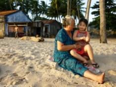 kobieta z dzieckiem odpoczywający na plaży