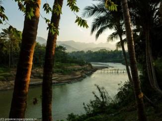 rzeka w lesie na tle gór w Laosie