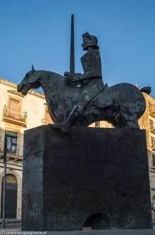pomnik jeźdźca na koniu