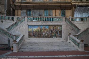 ceramiczny obraz na środku schodów