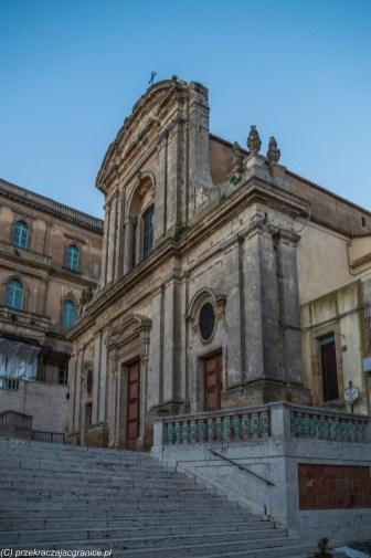 surowy fronton kościoła