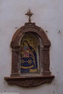 uliczna kapliczka na ścianie kamienicy