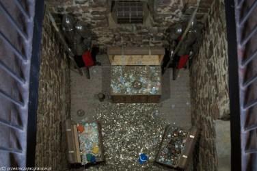 podsumowanie maja - widok od góry na trzy skrzynie z monetami