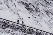 ludzie wspinający się na ośnieżony szczyt