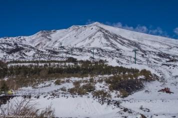 widok na szczyt w śniegu