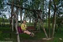 podsumowanie maja - kobieta na drewnianej huśtawce