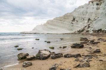 biała skała na końcu plaży