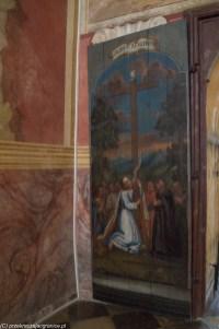 podsumowanie maja - wrota do kościoła z namalowaną sceną religijną