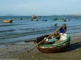 mężczyzna z łodzią wyruszający w morze w mui ne