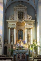 kosciół ołtarz zdobienia i cztery kolumny