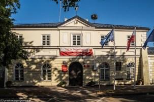 budynek jednopiętrowy urzędowy flaga na maszcie