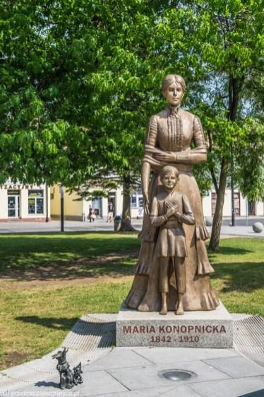 pomnik kobieta z dzieckiem park suwałki