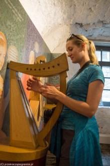 kobieta instrument muzyczny harfa