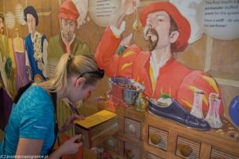 kobieta wącha szuflada rysunek człowieka
