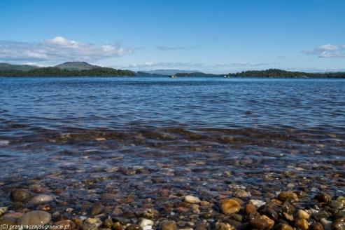 woda brzeg kamienista plaża