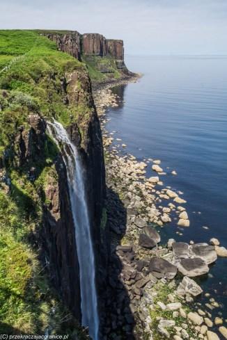 wodospad wpadający z wysokiego klifu do oceanu