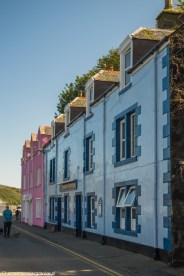 dwupiętrowe domki w pastelowych kolorach