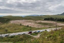 samochody zaparkowane na skraju drogi z widokiem na płaskowyż