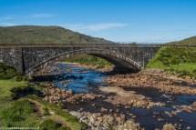 kamienny łukowaty most nad rzeką