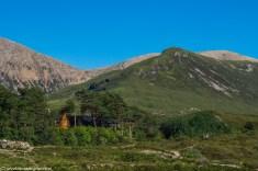 niewielkie zabudowania u podnóża gór