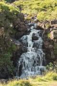 niewielki wodospad spływający z kamieni
