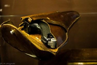 zabytkowy pistolet schowany w skórzanej kaburze