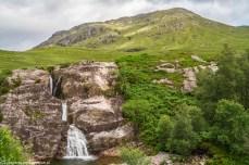 wodospad spływający po skalnej ścianie w dolinie Glen Coe